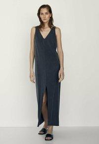 Massimo Dutti - MIT V-AUSSCHNITT  - Maxi dress - dark blue - 1