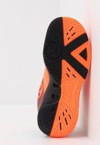 Kempa - WING 2.0 JUNIOR UNISEX - Boty na házenou - fluo orange/black - 4