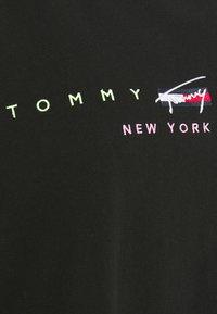 Tommy Jeans Curve - MODERN LOGO TEE - Triko spotiskem - black - 6