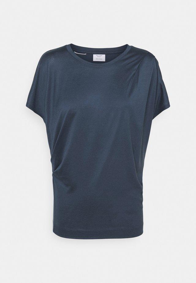 SHORT SLEEVE PLEAT DRAPE - Basic T-shirt - blue