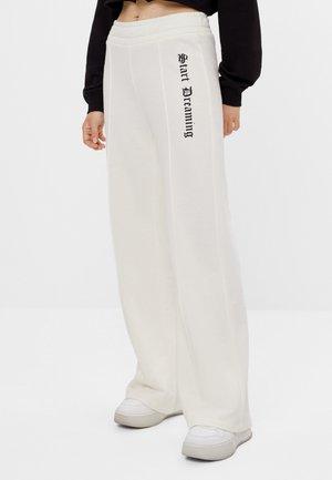 SCHLAG AUS PLÜSCH - Teplákové kalhoty - white