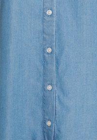 TOM TAILOR DENIM - LIGHT DENIM SHORTSLEEVE - Print T-shirt - used light stone blue denim - 5