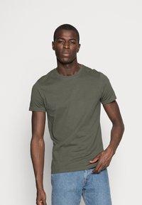 Pier One - 3 PACK - T-shirt basique - black/grey/green - 1
