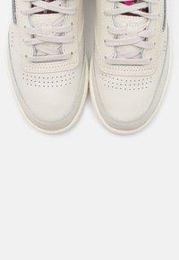 Reebok Classic - CLUB C 85 - Sneakers laag - alabaster/maroon/chalk - 5