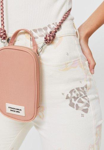 REISE-PORTEMONNAIE MIT PATCHWORK - Phone case - light pink