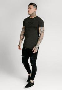 SIKSILK - STRAIGHT HEM GYM - T-shirt basic - black & gold - 1