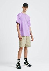 PULL&BEAR - T-shirt con stampa - purple - 1