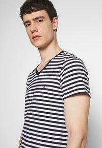 Tommy Hilfiger - STRETCH SLIM FIT VNECK TEE - T-shirt basic - blue/white - 3