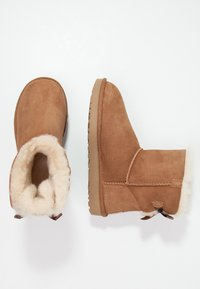 UGG - MINI BAILEY BOW - Stiefelette - chestnut - 5