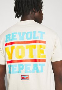 Obey Clothing - REVOLT VOTE REPEAT - T-shirt con stampa - cream - 6