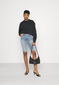 Good American - BERMUDA SHORT FRAY HEM - Denim shorts - blue - 1