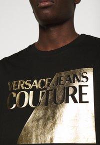 Versace Jeans Couture - SLIM BIG FOIL - Triko spotiskem - black - 4