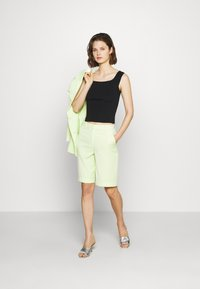 Who What Wear - THE BERMUDA - Shorts - lime - 1