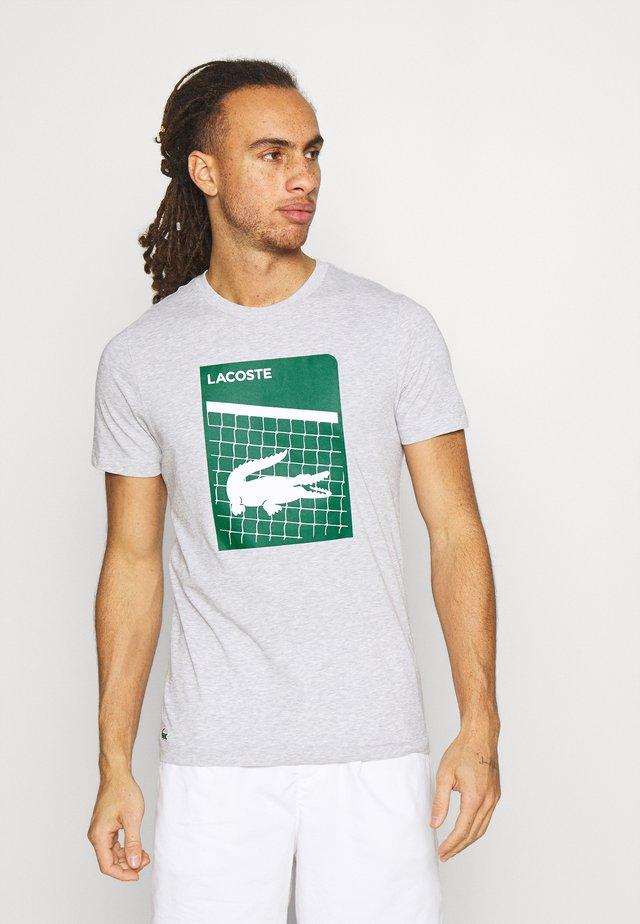 GRAPHIC - Camiseta estampada - silver chine