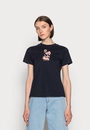 HIMALAYAN BOTTLE SOURCE TEE - Print T-shirt - aviator navy