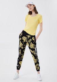 LIU JO - Trousers - black/yellow - 1