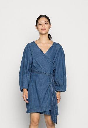 DRESS ROSANNA DENIM - Sukienka jeansowa - dusty blue