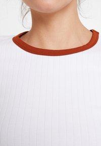 KIOMI - Print T-shirt - bright white with brown colour block - 5
