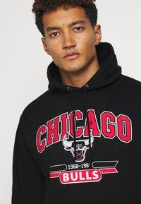 Mitchell & Ness - NBA CHICAGO BULLS ARCH LOGO HOODY - Klubbkläder - black - 3