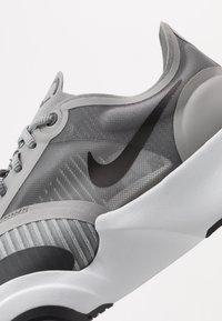 Nike Performance - SUPERREP GO - Sportschoenen - particle grey/dark smoke grey/light base grey - 5