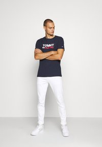 Tommy Jeans - CORP LOGO TEE - T-shirt con stampa - twilight navy - 1