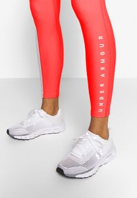 Under Armour - UA HG ARMOUR SPORT LEGGINGS - Punčochy - red/halo gray/metallic silver - 3