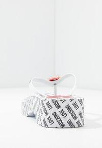 Love Moschino - Sandály s odděleným palcem - bianco - 4