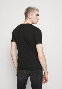 Brave Soul - KING - Print T-shirt - jet black/gold foil/white - 2