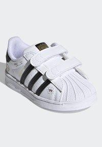 adidas Originals - SUPERSTAR SHOES - Sneakers laag - ftwr white/core black/gold met. - 2