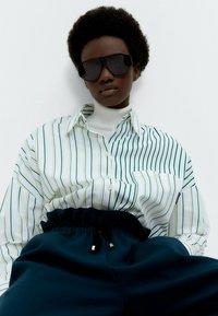 Uterqüe - MIT KOMBINIERTEM STREIFENPRINT  - Button-down blouse - white - 4