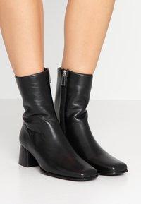 Filippa K - EILEEN BOOT - Kotníkové boty - black - 0