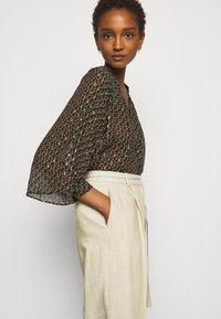 Claudie Pierlot - PATCHO - Spodnie materiałowe - beige - 3