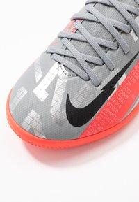 Nike Performance - MERCURIAL JR 7 ACADEMY IC UNISEX - Halové fotbalové kopačky - metallic bomber grey/black/particle grey - 2