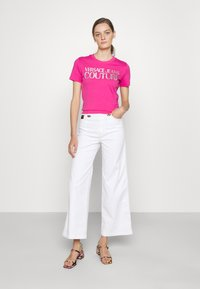 Versace Jeans Couture - Print T-shirt - pink/silver - 1