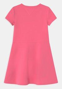 Tommy Hilfiger - ESSENTIAL SKATER  - Denní šaty - exotic pink - 1