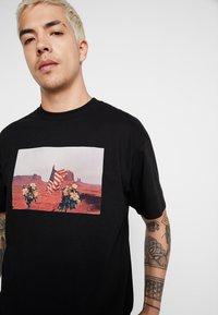 Carhartt WIP - MATT MARTIN FLAGS T-SHIRT - T-shirt con stampa - black - 3