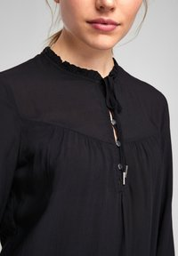 Q/S designed by - MIT TUNIKA-AUSSCHNITT - Long sleeved top - black - 3