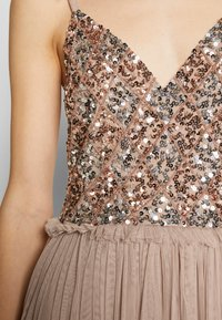 Maya Deluxe - STRAPPY SEQUIN MIDI DRESS WITH ROUCH DETAILED SKIRT - Juhlamekko - taupe blush - 5