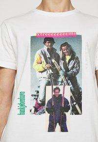 Han Kjøbenhavn - ARTWORK TEE - Print T-shirt - off-white - 5