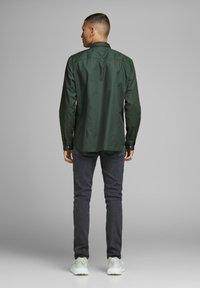 Jack & Jones PREMIUM - Koszula - dark green - 2