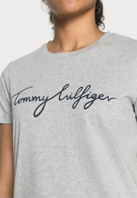 Tommy Hilfiger - HERITAGE CREW NECK GRAPHIC TEE - T-shirt con stampa - light grey heather - 4