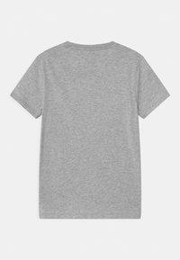 Guess - JUNIOR UNISEX - T-shirt print - light heather grey - 1