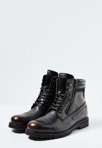 Pepe Jeans - WOODLAND - Botki sznurowane - factory black - 2