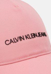 Calvin Klein Jeans - INSTITUTIONAL LOGO BASEBALL UNISEX - Kšiltovka - pink - 3