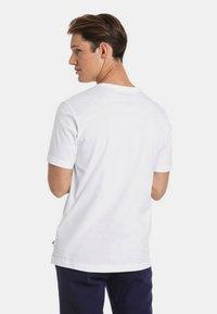 Puma - HERREN ESSENTIALS SMALL LOGO - Basic T-shirt - white - 2