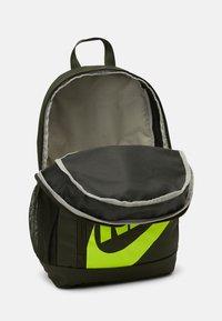 Nike Sportswear - ELEMENTAL UNISEX - Rugzak - cargo khaki/black - 2