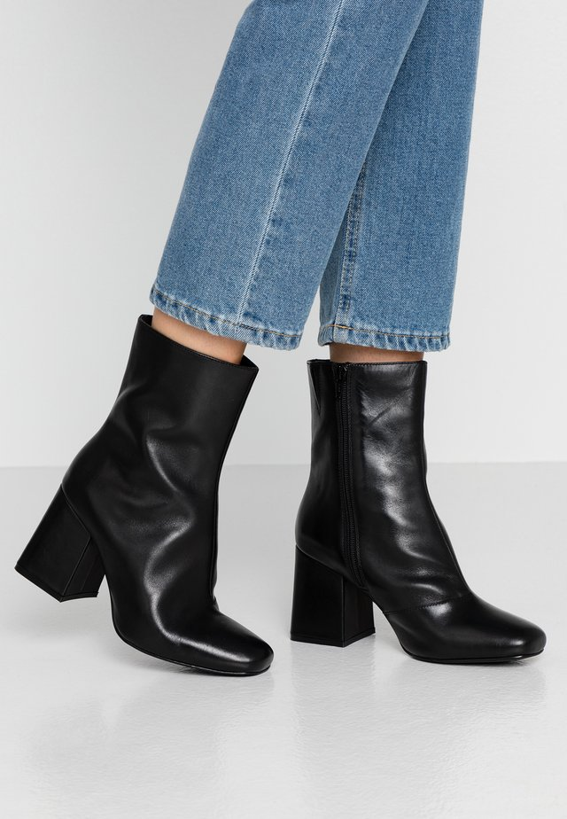 WIDE FIT LEATHER BOOTIE - Botki na obcasie - black