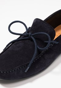 Selected Homme - SLHSERGIO DRIVE SHOE - Moccasins - dark navy - 5