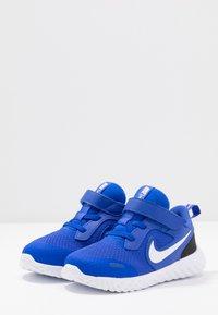 Nike Performance - REVOLUTION 5 UNISEX - Obuwie do biegania treningowe - racer blue/white/black - 3