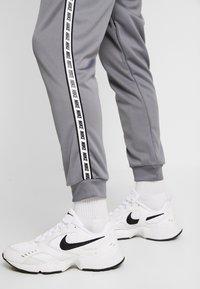 Nike Sportswear - M NSW REPEAT  - Verryttelyhousut - cool grey/black - 4